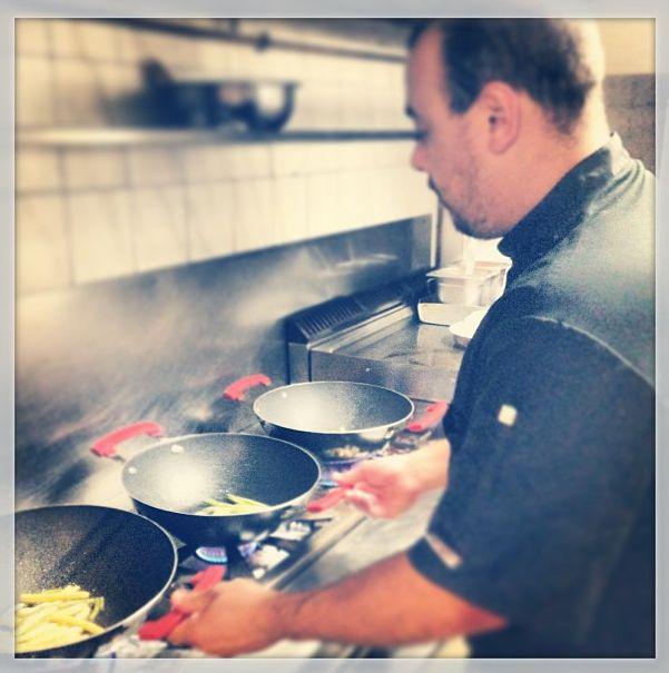 Nuestro chef, Christian. Aquí le tenéis todo atareado preparando los wok de nuestra carta: de verduritas con tiras de pollo, riggatoni y tandori o de judías verdes y amarillas flambeadas al whisky, ternera y pasta China.