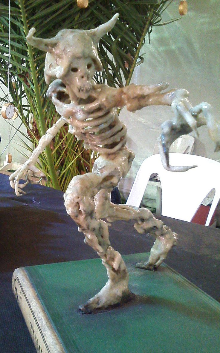 TUMULARIO (interpretación de personaje de EL SEÑOR DE LOS ANILLOS, LA COMUNIDAD DEL AÑILLO) 2001/  Material Recuperado / Plástico Técnica de ensamble mixta
