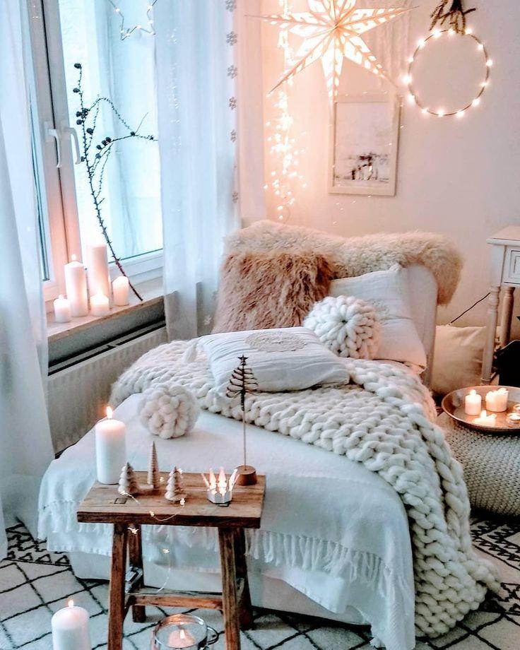 GET COZY – Alles für ein kuscheliges Zuhause! Unser Geheimrezept für 100 Prozent mehr Gemütlichkeit im Zuhause? Einfach viele flauschige Kissen und Felle, Kerzen und Lichterketten für warmes Licht und dekorative Wohlfühl-Akzente überall – fertig ist der Cozy-Cocooning-Look zum Wohlfühlen!📷: @herzenstimme // Wohnzimmer Sofa Sessel Kissen Plaid Holz Kerzen Skandinavisch Herbst Winter Deko Lichterkette Weihnachten #Wohnzimmer #Wohnzimmerideen #Sofa #Herbstdeko #Winterdeko #Skandinavisch