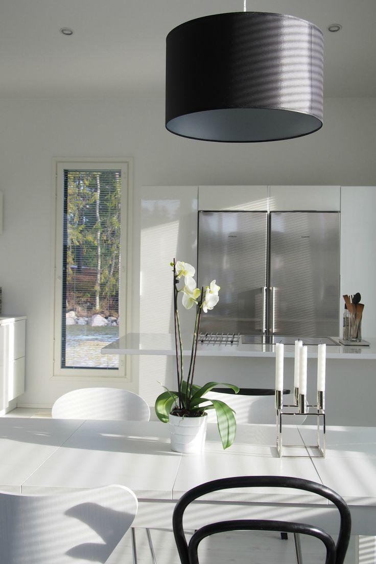 Hannas Home / Latest purchase Fritz Hansen Myran / dining table / white kitchen / By Lassen Kubus / Design by Frandsen Nice / orchid