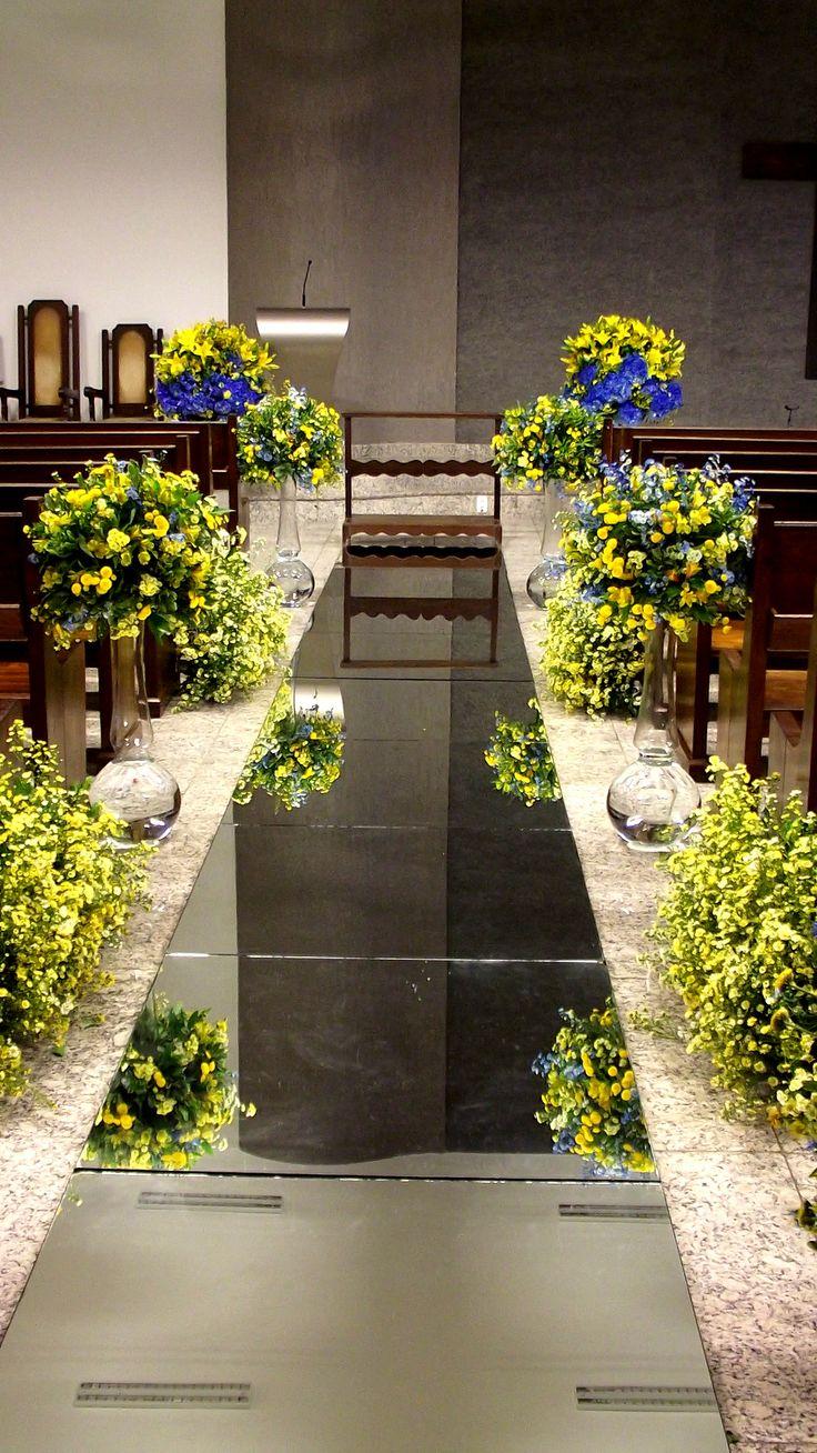 Decoração azul e amarelo com tapete espelhado.