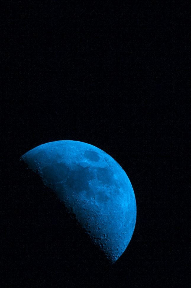 maya47000:  Blue moon by Carl Jones