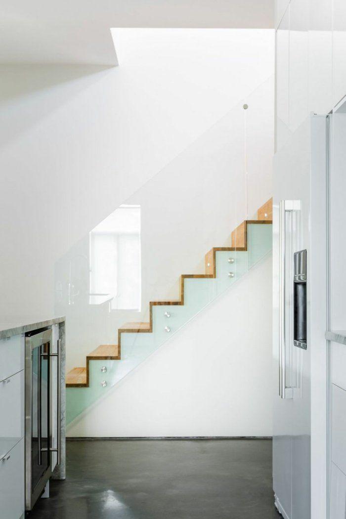 treppenhaus gestalten treppenstufen holz gläsernes treppengeländer