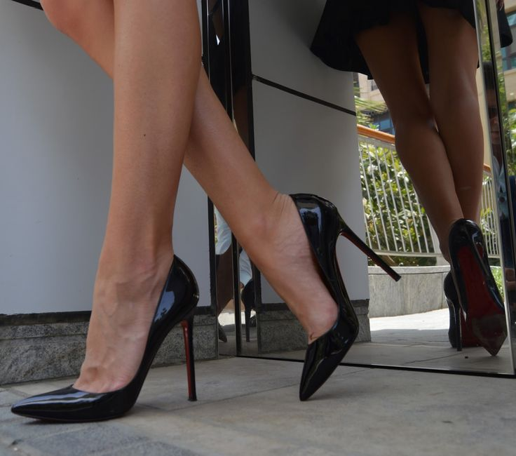 Black patent pointed toe stiletto pumps. Tacchi Close-Up #Shoes #Tacones #Heels