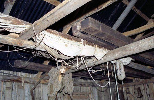 Båter fra Kjerstad. 1991. Seilet til kjeksen til Petter Hansen ligger nå lagret oppe i nausttaket. Dette seilet ble håndsydd av Hagbart Pettersen