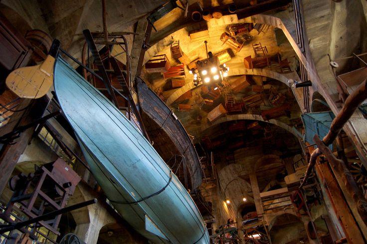 Museu Mercer e Biblioteca, localizado em Doylestown, estado da Pensilvânia, USA. Entre os artefatos os mais velhos no Museu Mercer estão uma lâmpada de óleo de baleia de 2.000 anos e instrumentos dos nativos americanos que datam de 6.000-8.000 AC.  Fotografia: Michelle Enemark.  http://www.atlasobscura.com/places/fonthill