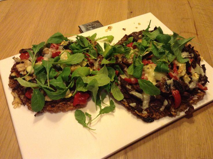Pizza (gluten/E-nummer vrij): 2 handjes walnoten, 8 zongedroogde tomaten en 2 el Italiaanse kruiden fijn mengen (keukenmachine), vervolgens 250 g havermout, 2 el boekweit, 200 ml water, en 2 eieren tot deeg mengen..verdeel over bakplaat -> 10 min. op 200 graden. Vervolgens met olie insmeren, dan tomatensaus en topping naar keus -> nog 25 min. op 200 graden. Rucola bij serveren..Eet smakelijk!