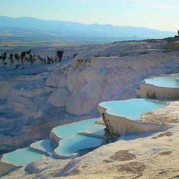 Pamukkale, Turquie, des énormes bassins circulaires recouverts d'une fine couche de calcaire