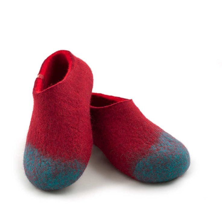 Clog slippers for women in 100% merino wool. These felted slippers are seamless made of three colors in one seamless piece for pleasure and maximum comfort. #woolen #felted #clogs
