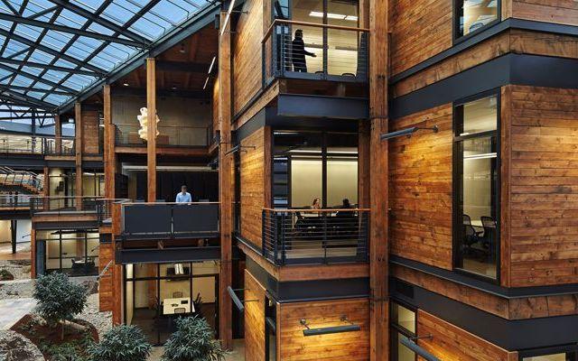 Un nuovo standard di lavoro moderno e sostenibile Il centro Federale di Seattle rappresenta un ottimo esempio di riqualificazione di un vecchio edificio, in un nuovo complesso ecosotenibile, con il recupero del legname dello storico fabbricato. Ino #ambiente #capannone #design #energetico
