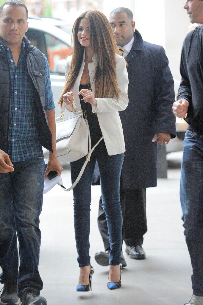 Jeans pitillo y blazer blanca. Look perfecto para entretiempo.