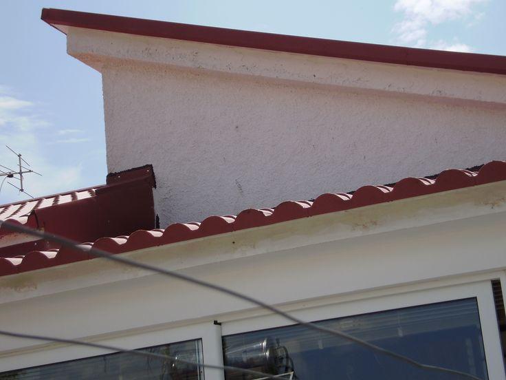 Χτένια και πλευρικές καλύπτρες σε στέγη σπιτιού υλοποιημένη με πάνελ κεραμίδι Ρωμαϊκό.