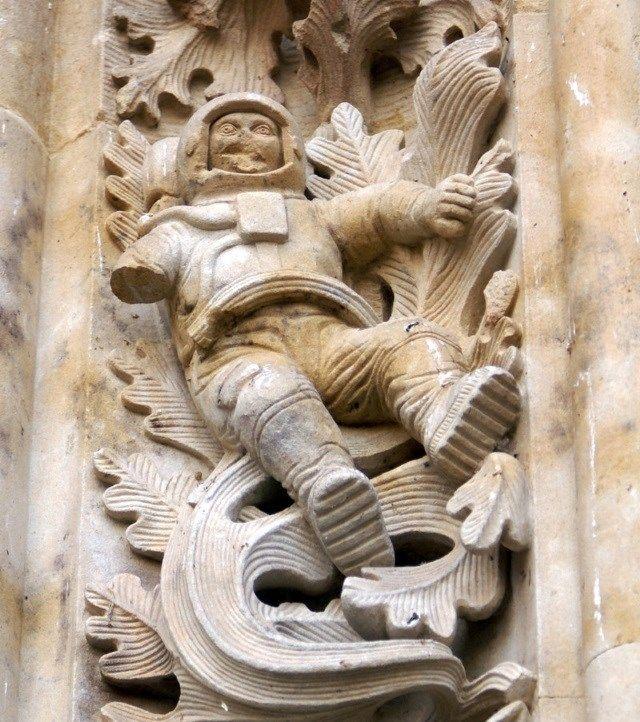 A Catedral Velha de Salamanca, na Espanha, cuja arquitetura foi inspirada nos estilos romântico e gótico, começou a ser construída no século 12, e as obras na estrutura seguiram até o século 14. Por essa razão, muita gente acha um tanto quanto desconcertante encontrar a escultura de um astronauta em uma de suas fachadas.