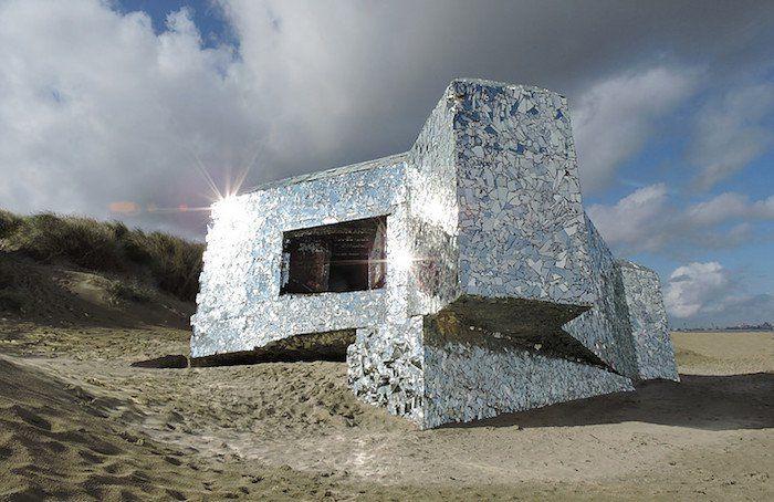 Crédit photo : Anonyme A mi-chemin entre le vestige historique et l'oeuvre d'art, ce bunker est un mystère. Construit en 1944 par les Nazis sur la plage de Dunkerque, il a été entièrement recouvert de miroirs par un anonyme ! Résultat : une création aussi belle qu'intrigante.