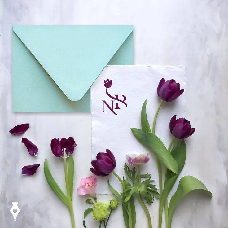 Προσκλητήριο γάμου με σχεδιασμό λογοτύπου σε μορφή μονογράμματος. #προσκλητήριο #γάμου #μοντέρνο #μονόγραμμα #αρχίγραμμα #λευκό #wedding #invitation #modern #monogram #elegant #minimal #white