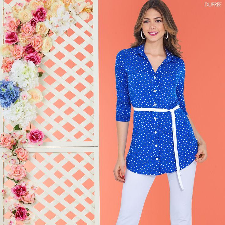 Camisa azul con puntos. Pantalón blanco. outfit mujer Dupree