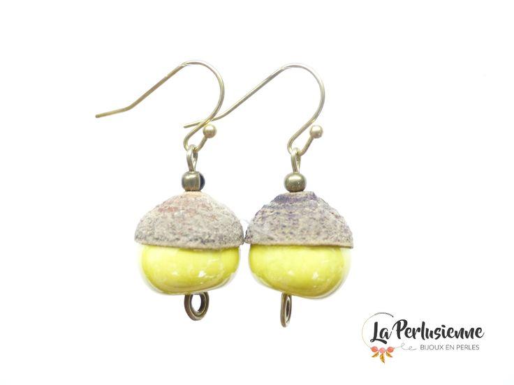 Boucles d'oreille originales grosse perle jaune. Boucles d'oreille pendentif jaune. Boucles d'oreille céramique et bois. Boucles d'oreille en bois et perle jaune. Boucles d'oreille pendentif court jaune. Boucles d'oreille rétro perle jaune. Boucles d'oreille coquille en bois
