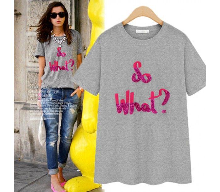 Стильная серая футболка с яркой контрастной надписью впереди в розовом цвете
