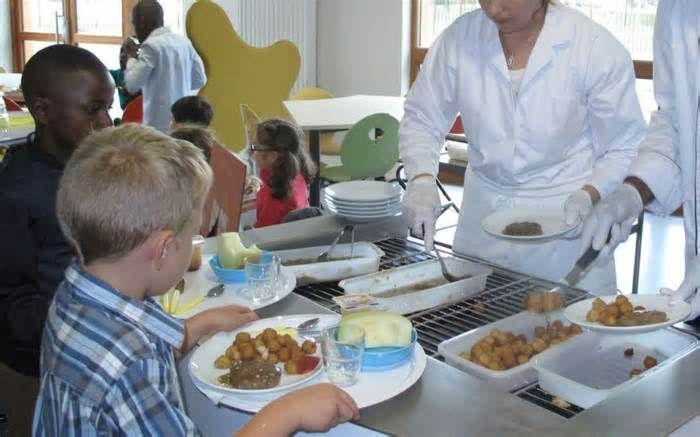 Poissy : la cuisine centrale bloquée par des grévistes Poissy. Malgré le blocage du site, des repas ont été servis aux enfants des centres de loisirs. LP/YF. Le maire assure que les repas sont servis normalement dans les centres de loisirs. « Je trouve déplorable ces pratiques qui consistent à prendre ...