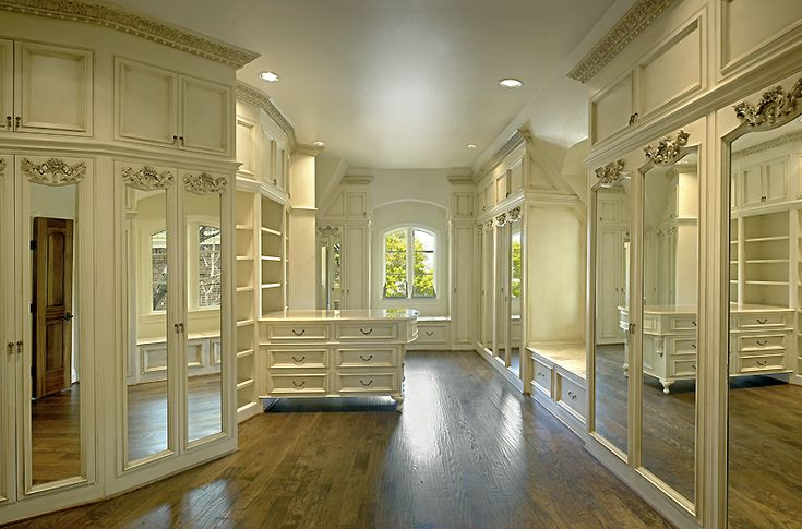 If I ever become rich, I would love a closet like this. It's bigger than the entire size of the apartment I live in now