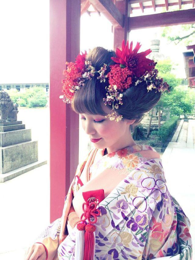 古風なスタイルに、たくさんのお花をあしらえば、まさに和洋折衷なお洒落スタイル♡メイクは今風にするのが和洋折衷スタイル成功の鍵です。