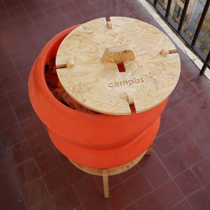 La compostera viene con todo listo para empezar. Dos contenedores, estructura de madera recuperada (placas de OSB), base para líquidos y las lombrices californianas necesarias para que empieces a compostar. Por supuesto, te damos todas las instrucciones necesarias para que no te queden dudas. La compostera armada mide 40 cm de diámetro por 70 cm de alto.