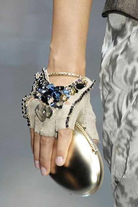 Artık eldivenlerinizi kıyafetinizi tamamlaması için de kullanabilirsiniz...