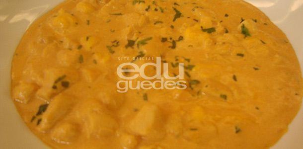 Estrogonofe especial de Frango -  Tempere o frango com pimenta e sal. Em uma panela, doure o frango no azeite, acrescente o alho, a cebola, o tomate e refogue um pouco mais. Coloque o molho de tomate, o caldo de galinha, o orégano e o molho inglês. Deixe ferver por alguns minutos. Adicione o queijo parmesão, o queijo prato e …
