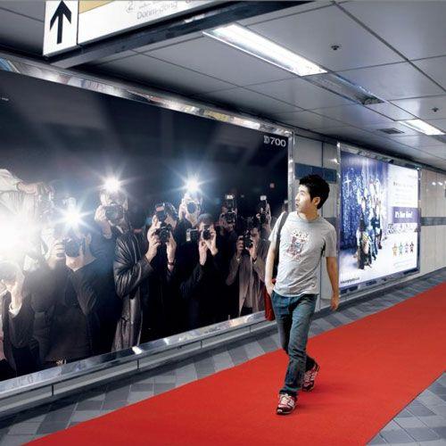 Den Start der neuen Kamera Nikon D700 feierte das Unternehmen in Korea mit dieser Guerilla Marketing Nikon Aktion:Eine Plakatwand wurde so mit Blitzern prepariert