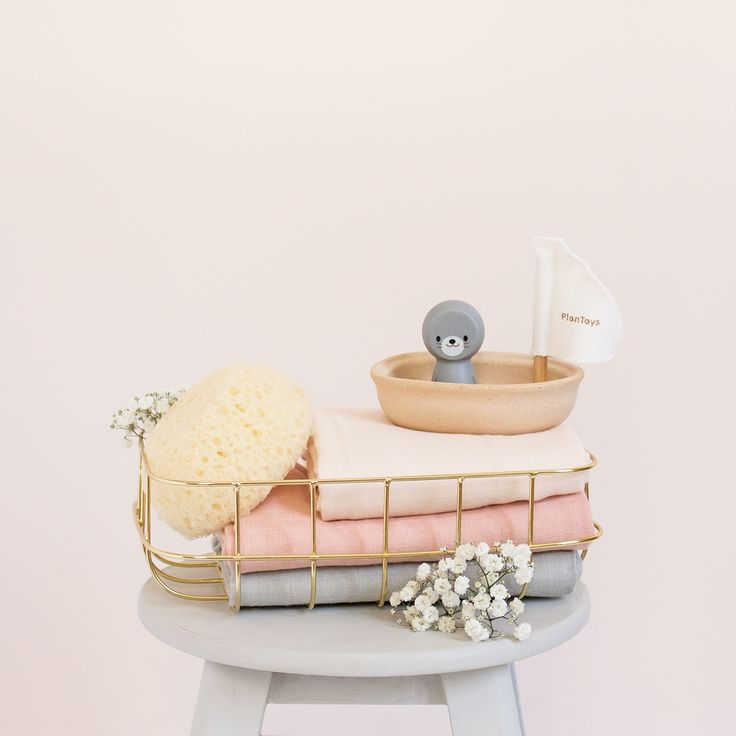 Les jouets pour le bain Plan Toys : en bois d'hévéa et eco-responsables, ces jolis bateaux sont bien pour nos enfants et bons pour la nature ♡ Langes Cam Cam en coton biologique, Panier en or House Doctor, Bateau Phoque Plan Toys. @petitsixieme #plantoys #camcam #petitsixieme #bebe #decobebe #babyroom #baby #cadeaudenaissance #cadeaunaissance #bathtime #cute #muslin