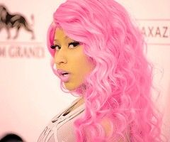 i have my pros and cons about nicki manaj, but her hair and makeup is ALWAYS amazing. loveeee the pink of course.