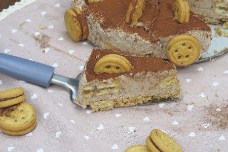 Molto più golosa della classica cheesecake. L'avete mai provata in questo modo? Dividete i biscotti in due mettendo da parte il ripieno alla nocciola in una terrina. Sbriciolate i biscotti e nel frattempo preparate la crema unendo panna montata, formaggio spalmabile, crema alla nocciola e il ripieno dei biscotti. Foderate uno stampo a cerniera con i biscotti sbriciolati miscelati al burro fuso, e versate sopra metà della crema. Ricopritela con una corona di biscotti, poi versate la restan...