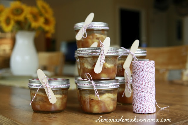 Lemonade Makin' Mama shares her recipe for pie (cobbler) in a small jar with sweet packaging too!!