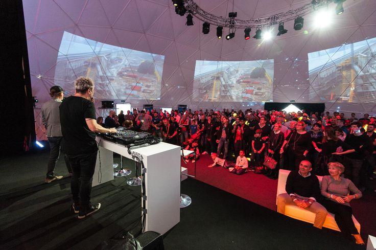 DJ Ringo in console presenta la sessione autografi con i piloti Aruba Racing