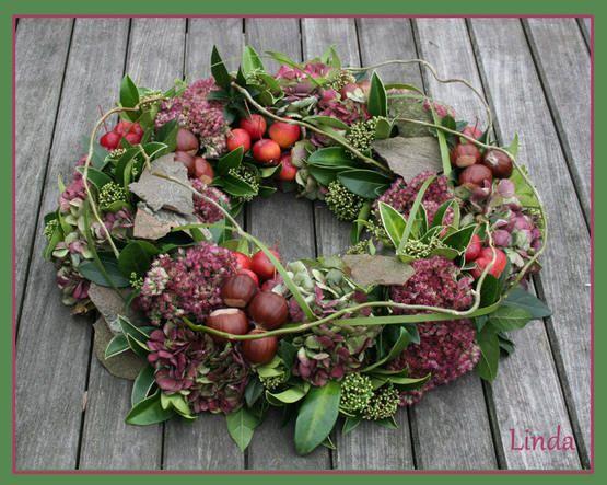Herbstkranz mit Materialien aus dem Garten: Sedum, Hortensie, Skimmie, Schneeball, Zieräpfel, Kastanien, Platane und Rinde.