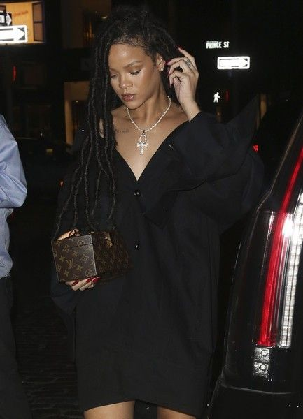 Rihanna Photos Photos - Rihanna and her niece spotted out and about in New York City, NY on October 7,  2016. The singer was wearing a casual black shirtdress and strappy heeled shoes. - Rihanna And Niece Out And About In NY