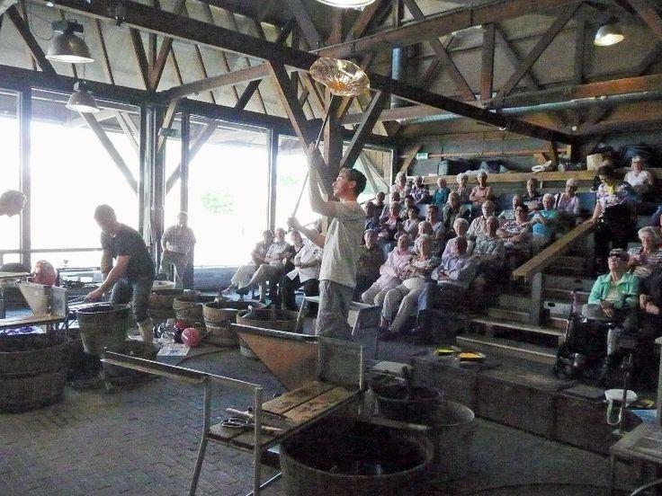 Uniek aan het Nationaal Glasmuseum is de eigen Glasblazerij in een voormalige houtloods aan de rivier de Linge.In de Glasblazerij kunt u van dinsdag tot en met zondag vanaf de tribune spectaculaire demonstraties glasblazen zien. De objecten die gemaakt worden tijdens de demonstraties worden verkocht in de winkels van het Glasmuseum en de Glasblazerij.