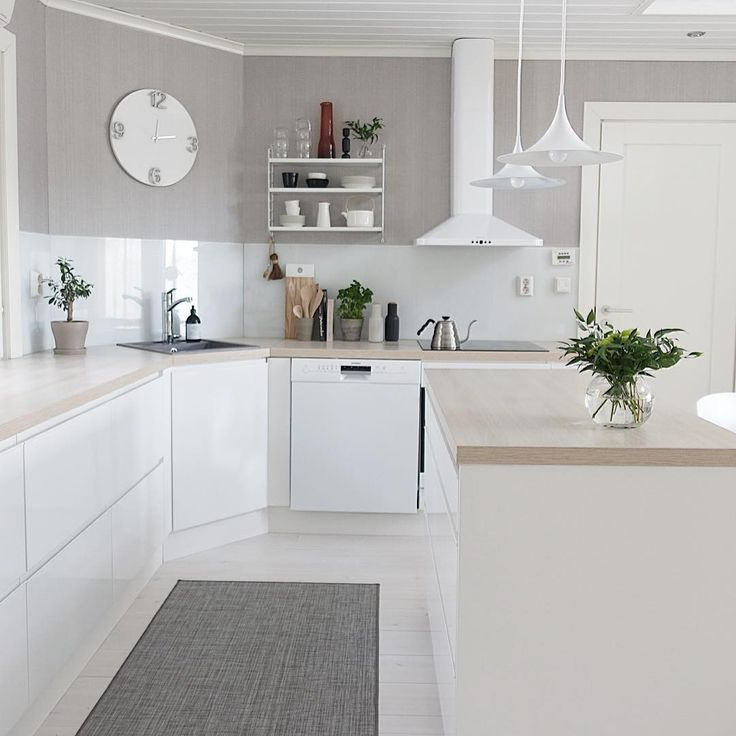 Kaunis vaalea keittiö ja sen hillityn tyylikkäät yksityiskohdat viimeistelevät tilan tunnelman.