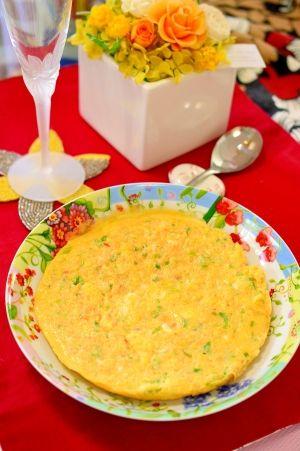「蟹缶で出汁じゅわ〜♪蟹と青ねぎの卵焼き」かに缶は、汁ごと入れるので出汁がじゅわ〜っとします。小さめのフライパンで作ると、厚みが出来てオムレツ風で美味しいですよ♪混ぜて焼くだけなので、とても簡単です。【楽天レシピ】