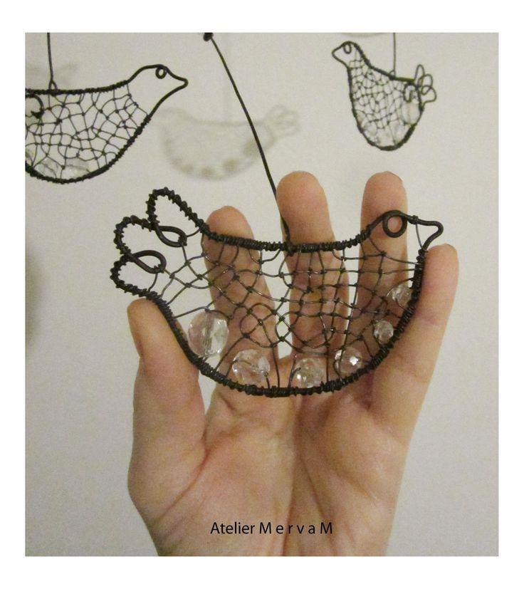 Ptačí+pohupování+ve+větru+Ptačí+závěs+na+dřevěné+větévce.+Ptáčci+jsou+zdobeni+skleněnými+korálky.+Rozměr:+bude+upřesněno+Děkuji+za+dodrž…