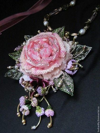 Купить или заказать Колье-Кулон 'В стиле Прованс' в интернет-магазине на Ярмарке Мастеров. Увидела я розу в исполнении талантливого мастера из Израиля и влюбилась в нее и вот в моем магазинчике теперь тоже цветет прекрасная роза. Колье-кулон выполнен из японского бисера miyuki, цепочка у колье съемная и регулируется по длине за счет атласных…