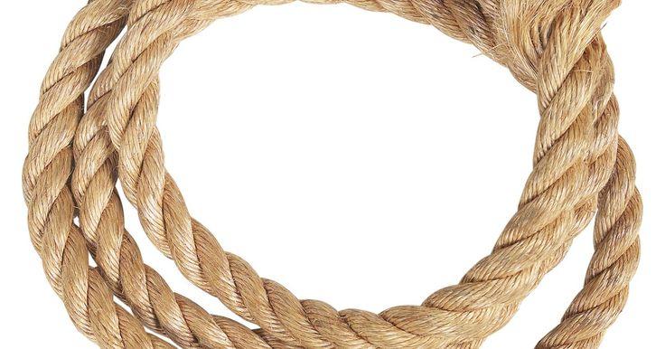 Instrucciones para hacer un nudo puño de mono. El puño de mono es un nudo con forma de pelota, llamado así por su parecido a un puño pequeño cerrado. El nudo puede ser usado como simple decoración al final de un nudo, o puede ser atado para poder darle más peso a la punta de una soga, lo que permitirá arrojarla luego. Cuando se lo usa como peso, su eficacia puede ser mejorada colocando un peso ...