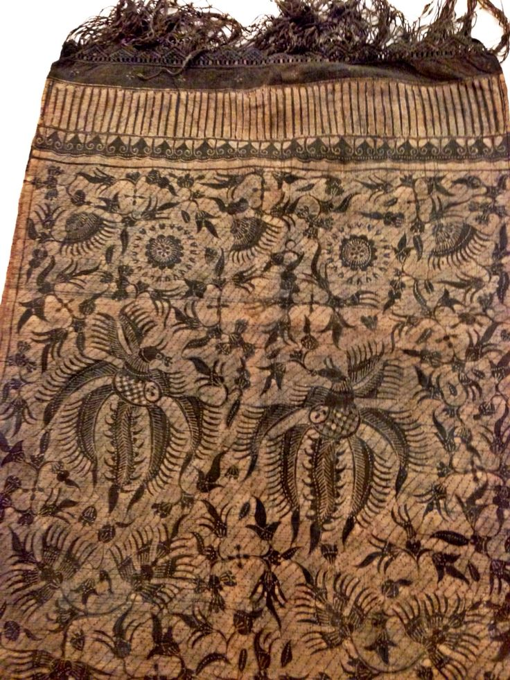 Hand-drawn vintage batik gedog from Batik Sekarayu Tuban. The textile is hand-woven individually hence the width is limited. Private collection of Arief Laksono.