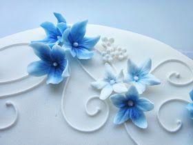 Leivoin poikavauvalle ristiäiskakun, johon toivottiin nimi, sinisiä kukkia ja tyhjä kohta ristiäiskoristetta varten. Koriste oli jo valmiiks...