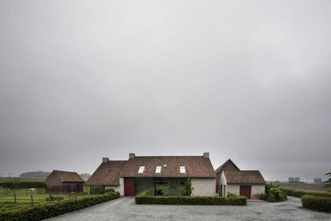 Chalet d'autore Nel paesaggio aperto delle Fiandre, punteggiato dai mulini a vento, l'architetto belga Vincent Van Duysen ha ristrutturato una fattoria reinterpretato in modo contemporaneo il rigore e lo stile spartano delle case di campagna. Un complesso di sei edifici organizzato intorno a una…