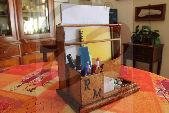Be Wood Il progetto ideato è un oggetto da scrivania dalle forme rigide e dai dettagli dalle forme morbide. L'idea è quella di progettare un contenitore che abbia funzione di porta matite e raccoglitore per i fogli (formato A4) o agende. Be wood ripropone le classica struttura di un portamatite da scrivania accessoriata con due spazi, una per la cancelleria e uno per un blocchetto per gli appunti.  To be continued https://elisadesignblog.wordpress.com/2016/12/07/be-wood/