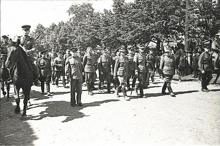 The March of German prisoners. Soviet officers lead the German senior officers.
