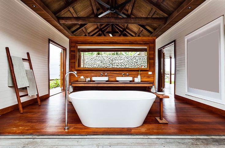 Salle de bain sol en bois + échelle en bambou