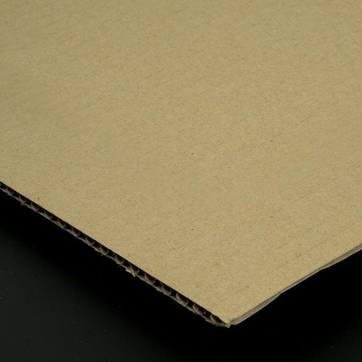 El cartón de capas es un cartón compuesto de varias capas de papeles lisos y ondulados alternados que lo hacen prácticamente indeformable. Su disposición en forma de sándwich alterna el papel interior corrugado u ondulado con el papel liso y le confiere una gran resistencia mecánica.