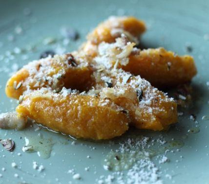 Gnocchi di zucca con pancetta e semi di zucca